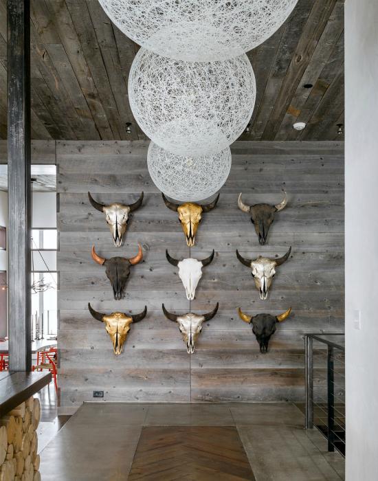 Стена, украшенная гипсовыми черепами.
