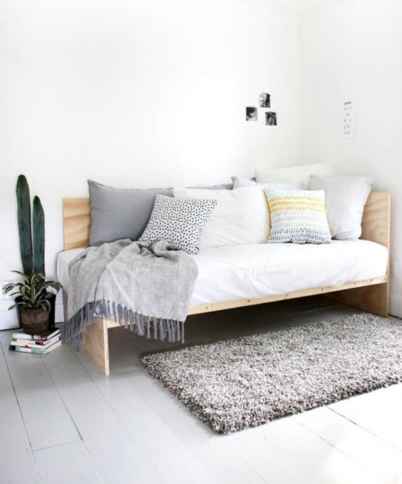 Простой диван из фанеры.
