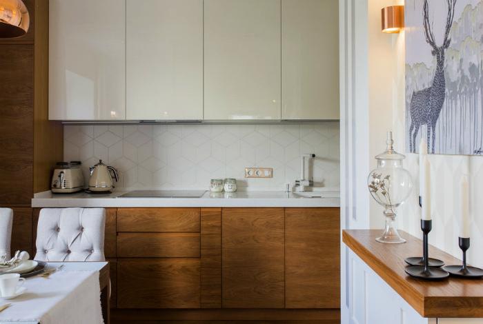 Уютная кухня  с деревянными шкафчиками.