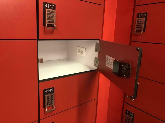 Камера хранения с розеткой. | Фото: Twitter.