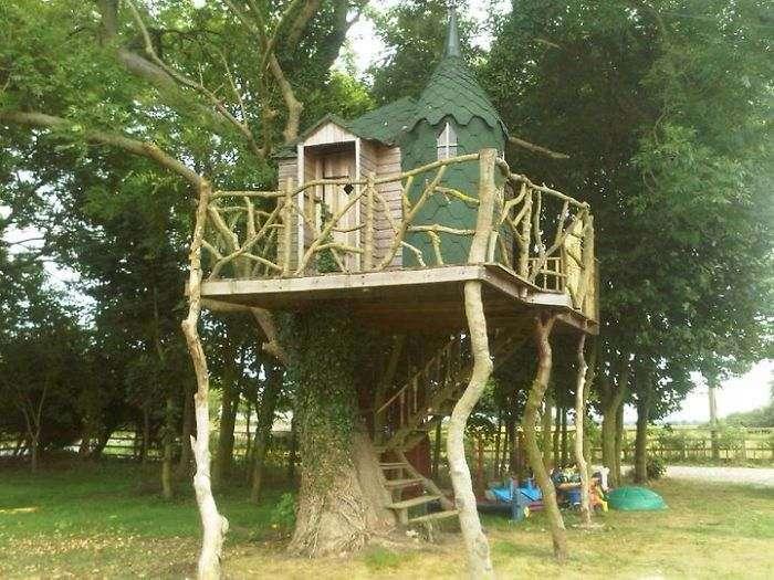Сказочный домик на дереве, который построил отец для своих детей.