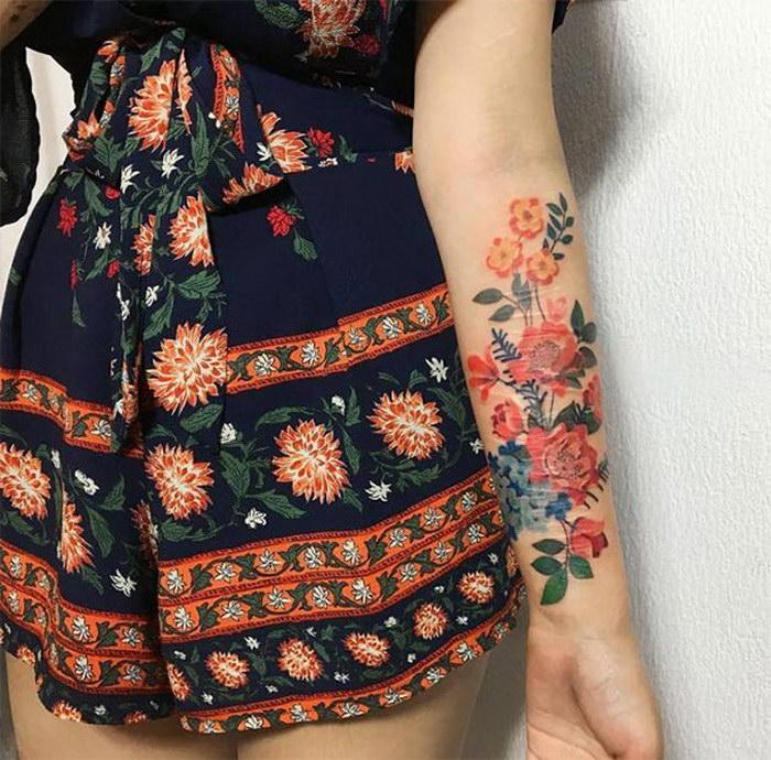 Цветная татуировка с изображением цветов.