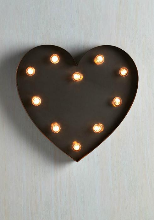 Романтический настенный светильник в виде сердца.