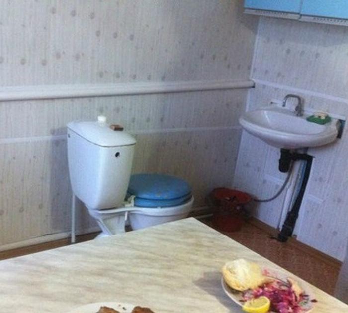 Санузел смежный с кухней. | Фото: Reddit