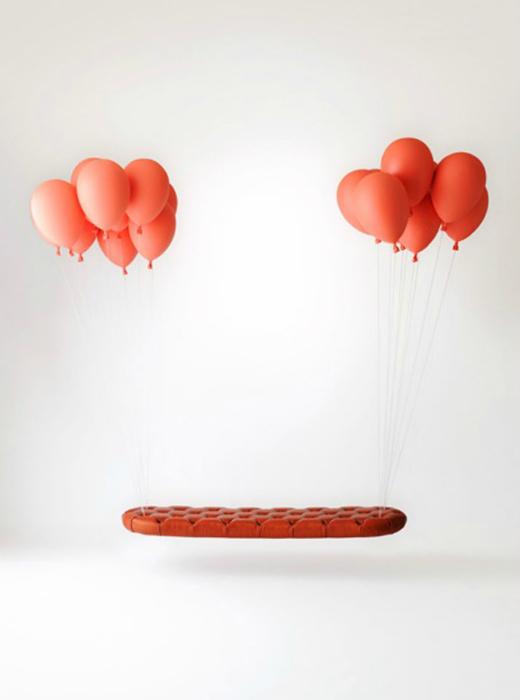 Мягкая скамейка Balloon Bench, украшенная воздушными шарами.