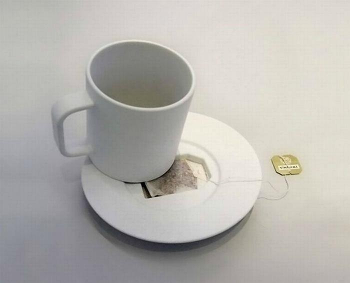Чашка с блюдцем, в котором предусмотрено отверстие для чайного пакетика.