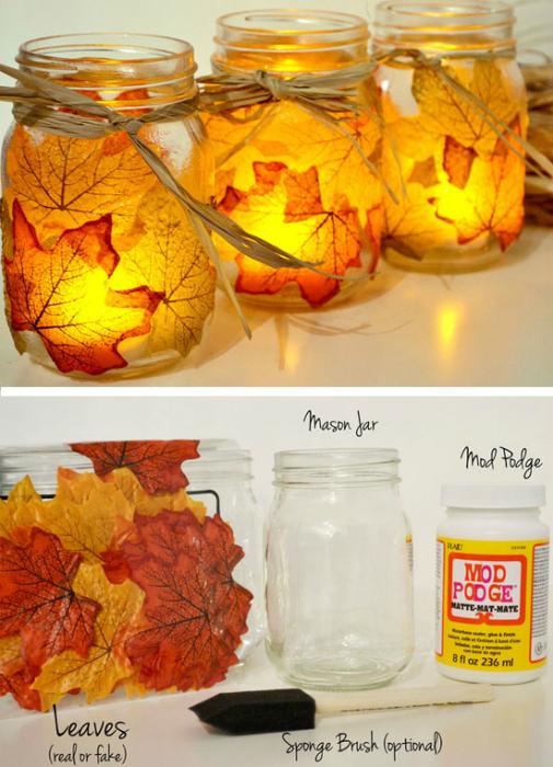 Оригинальные подсвечники из обыкновенных стеклянных банок, украшенных желтыми листьями.
