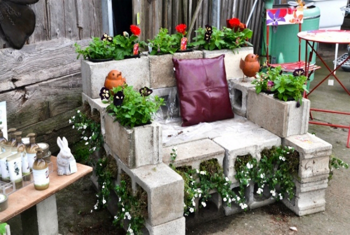 Кресло из шлакоблоков. | Фото: Фермер.