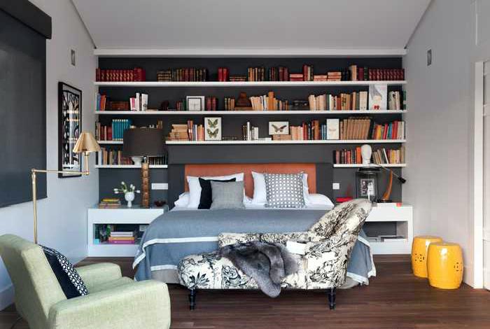 Яркая спальня в стиле эклектика.