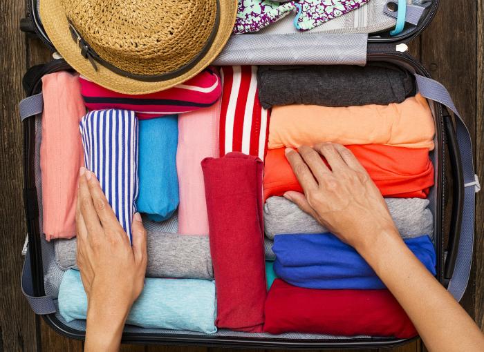 Упаковка одежды рулонами. | Фото: www.fbstatusworld.com.