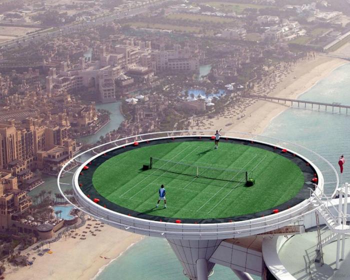 Роскошный теннисный корт.