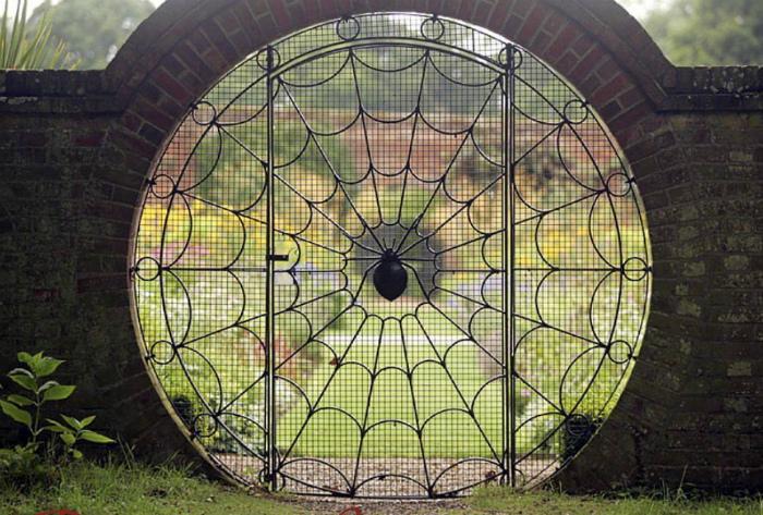 Круглые ворота в виде паутины.