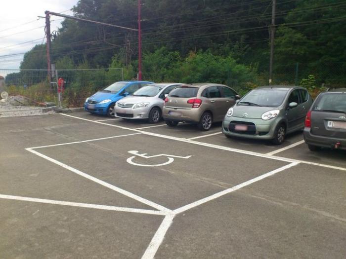 На этой парковке инвалиды решают все.
