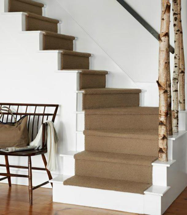 Лестница, украшенная березовыми ветками.