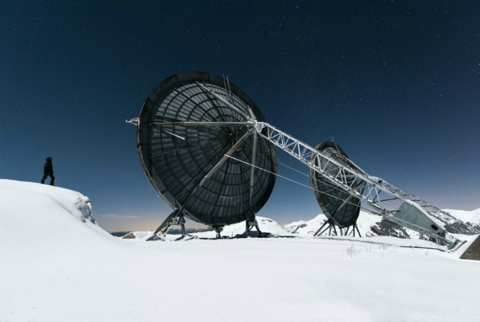Огромные антенны заброшенной радиолокационной станции в Альпах.
