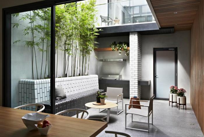 Летняя кухня на маленьком дворе.