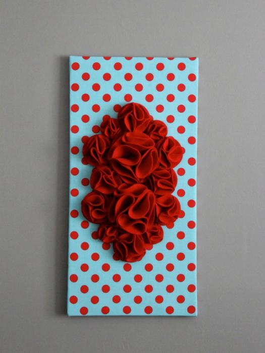 Необыкновенное панно из пенопласта и ткани с объемными цветами