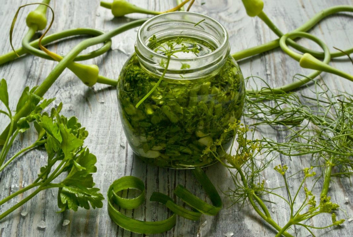 Растительное масло с измельченными стеблями зелени.