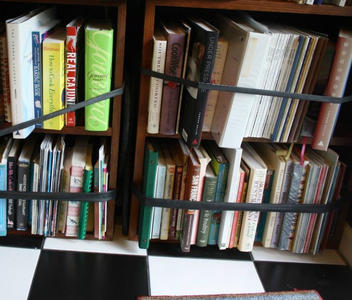 Ограничительная лента для книг. | Фото: Самоделкино.Инфо.