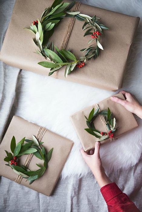 Подарочные упаковки, украшенные лавровыми венками.