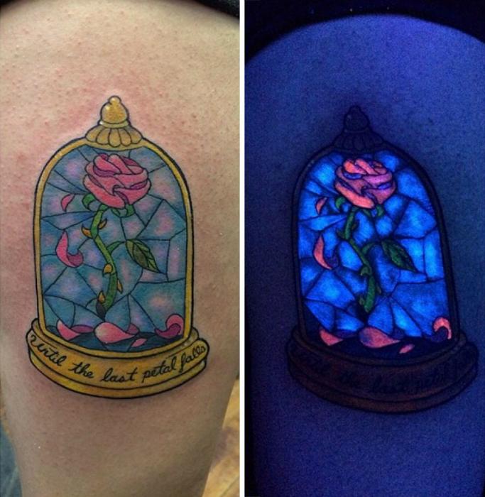 Татуировка с изображением розы из мультфильма «Красавица и Чудовище».