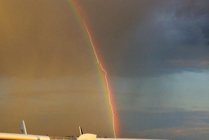 Молния в радуге.