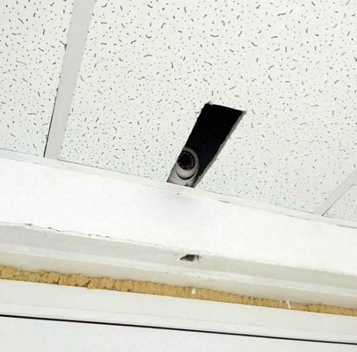 Задача: незаметно установить видеокамеру. | Фото: Radio Simplu.