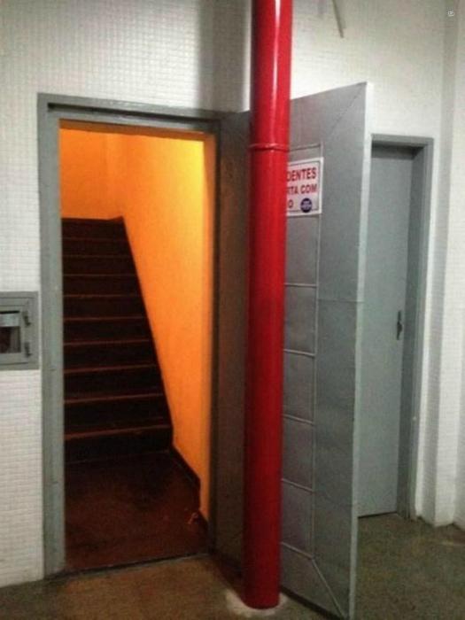 Интересный тандем из колонны и двери. | Фото: Buzzive.com.