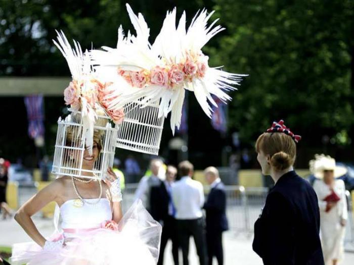 Экстравагантная, громоздкая шляпа для женщин, которые любят быть в центре внимания.