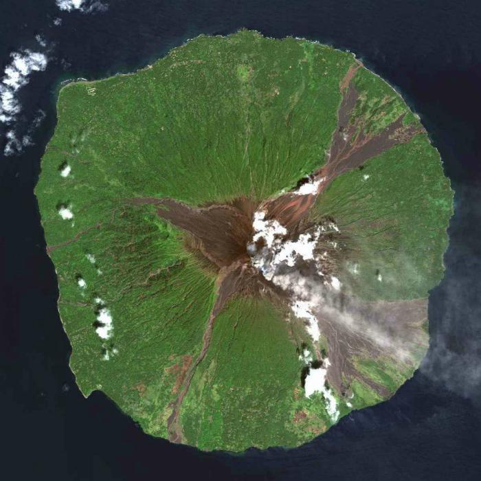 Вулканический остров в Новогвинейскоом море.