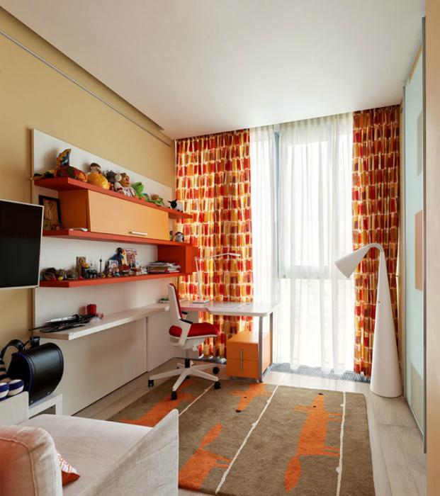 Небольшая детская комната в бело-оранжевых тонах.