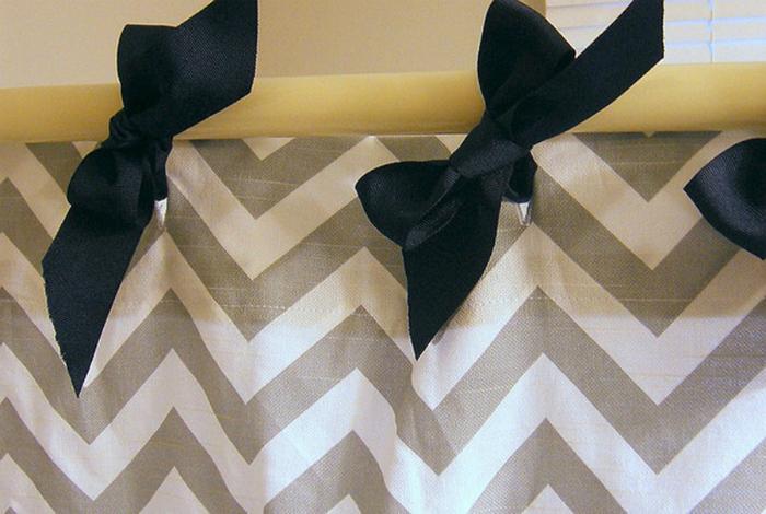 Занавески в ванной комнате можно украсить декоративными бантами.