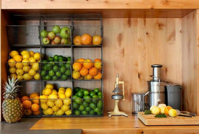 Металлический стеллаж для фруктов.