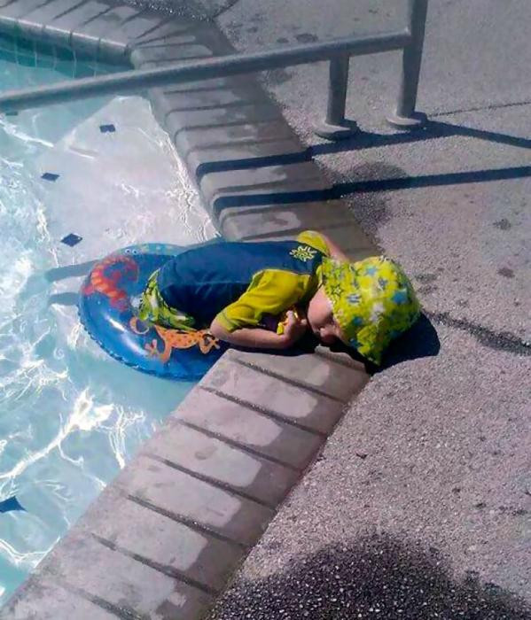 Не выходя из бассейна.