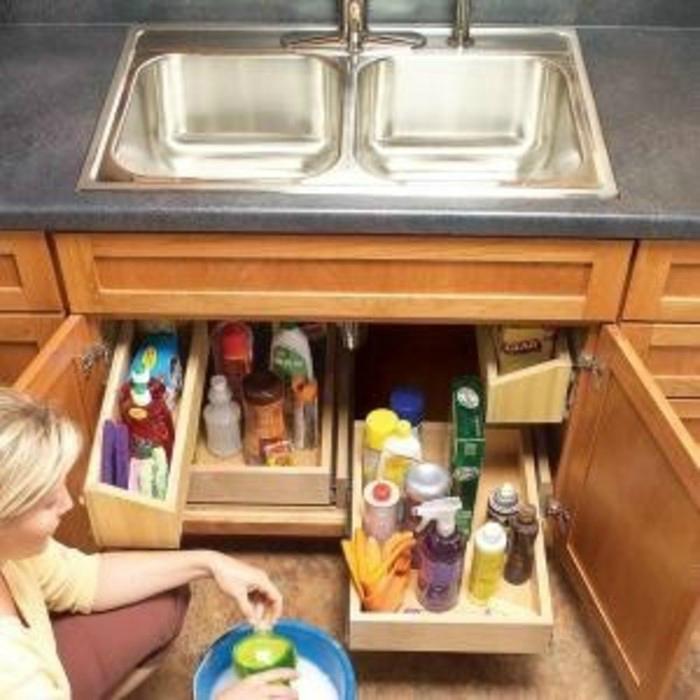 Пустующую нишу под мойкой можно заполнить самодельными ящиками, в которых удобно хранить моющие средства.