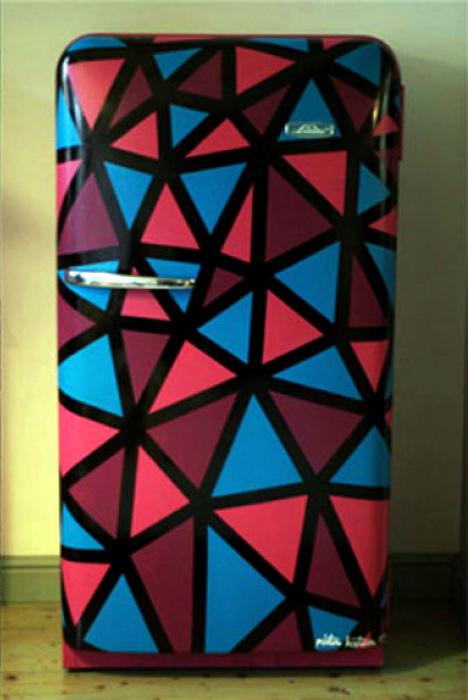 Яркий декор старого холодильника.