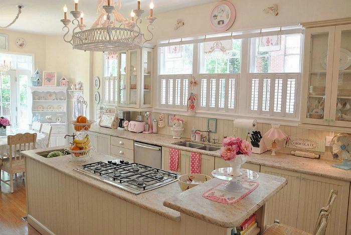 Светлая, стильная кухня, обставленная старинной антикварной мебелью, декорированная различными элементами текстиля и яркими аксессуарами.