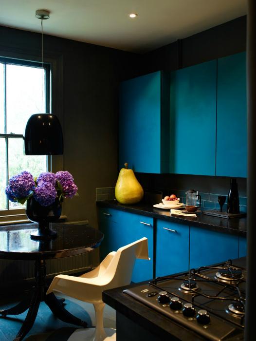 Стильная темная кухня с бирюзовыми шкафчиками.