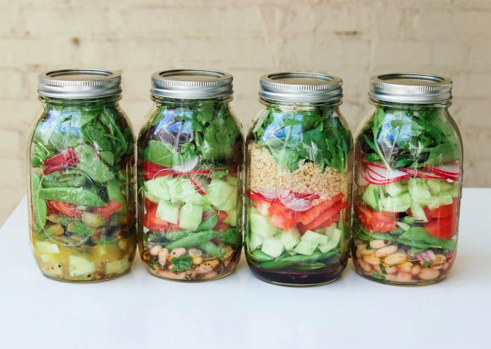 Нарезанные ингредиенты для салатов можно хранить в закрытых стеклянных банках слоями.