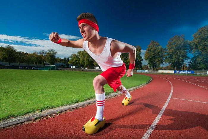 Андре Ортолф преодолел стометровку в деревянных башмаках за 16,27 секунд.