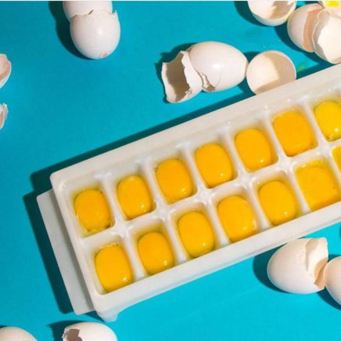 Замораживаем сырые яйца. | Фото: Pinterest.