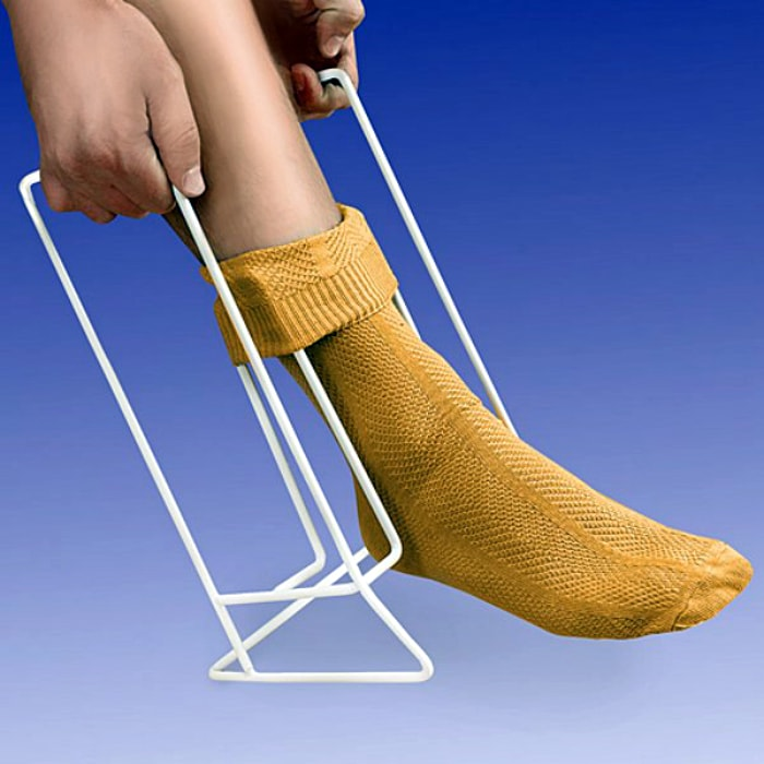 Приспособление для надевания носков.