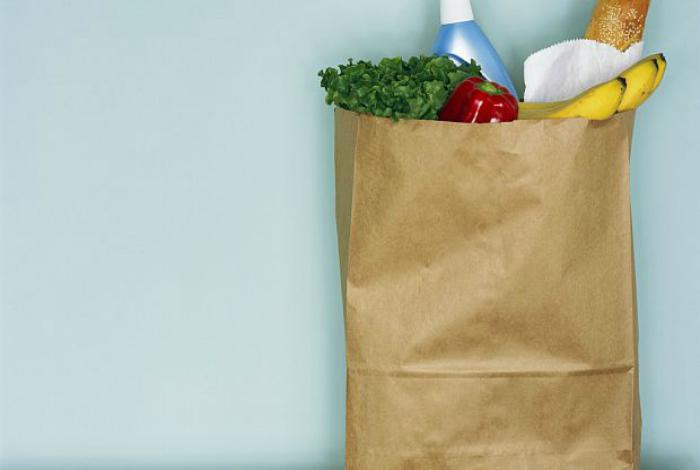Ни в коем случае не разогревайте еду в бумажных пакетах из супермаркетов, они не только могут спровоцировать возгорание, но и выделяют массу токсичных веществ.