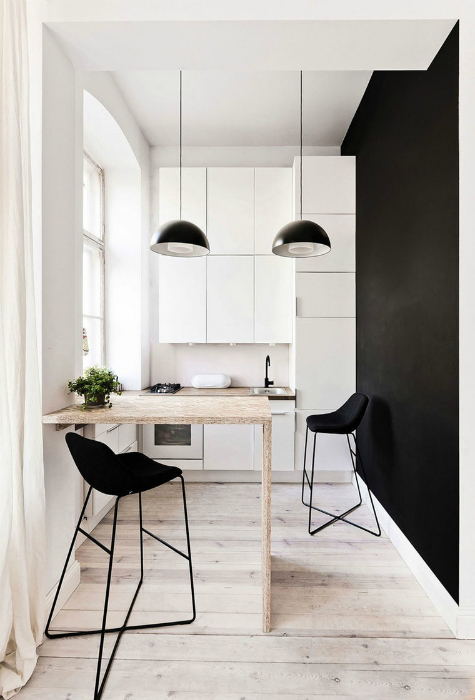 Черно-белый дизайн небольшой кухни.