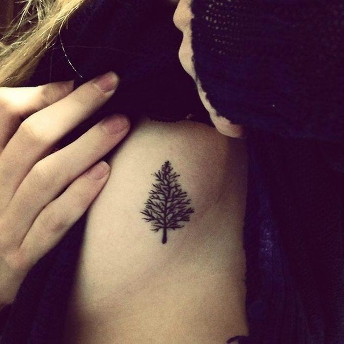 Миниатюрная татуировка с изображением сосны.