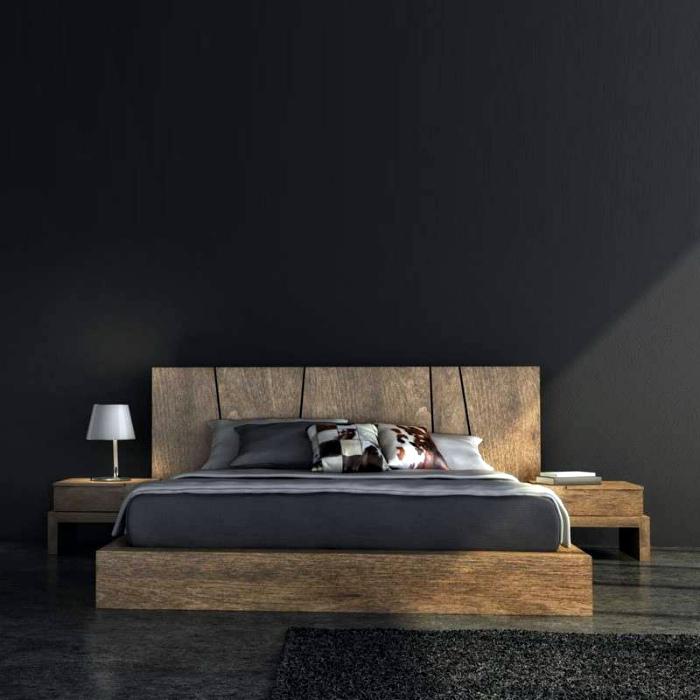 Кровать из грубого дерева.