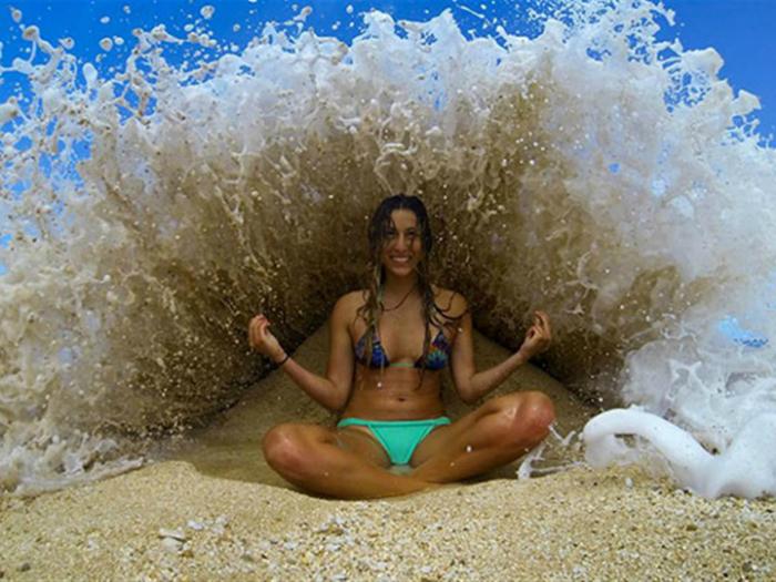 Возможно, эта девушка до сих пор плавает где-то в океане в позе лотоса.