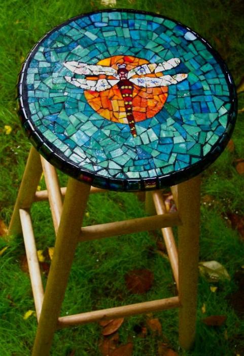 Табурет, украшенный цветной мозаикой.