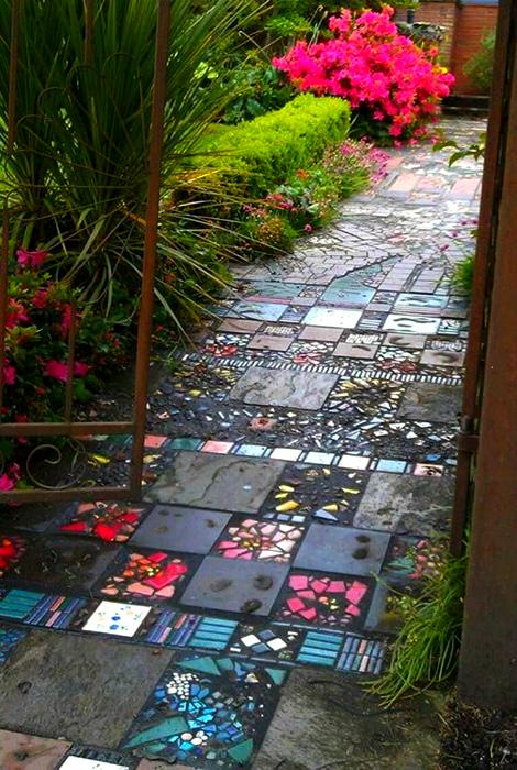 Дорожка из тротуарной плитки и мозаики. | Фото: Pinterest.