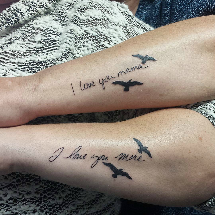 Татуировки со словами: «Я люблю тебя, мама» и «Я люблю тебя больше».